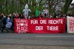 Um die 200 Teilnehmer verschiedener Organisationen versammelten vor dem Zooeingang und folgten so dem Aufruf von Jürgen Ortmüller, Leiter des WDSF