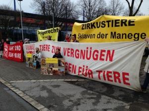Zirkus-Premiere von Protesten begleitet