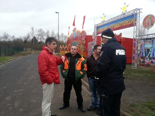 Zirkus Leute demonstrieren vor animal-peace Transparent gegen Gewaltübergriffe