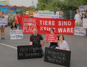 Rund 40 Tierschützer demonstrierten gestern vor der Premiere des an der Lürriper Straße gastierenden Zirkus. -  FOTO: Isabella Raupold
