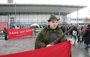 Tierschützer im Jägerkostüm:Protestaktion gegen die Pferd&Jagd. Quelle: Behrens