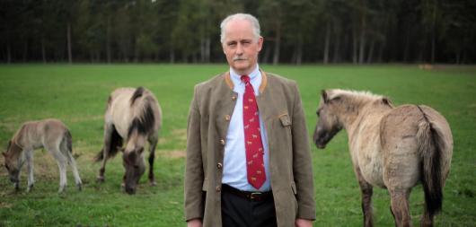 Rudolf Herzog von Croÿ in Dülmen vor seinen Wildpferden Quelle: dpa