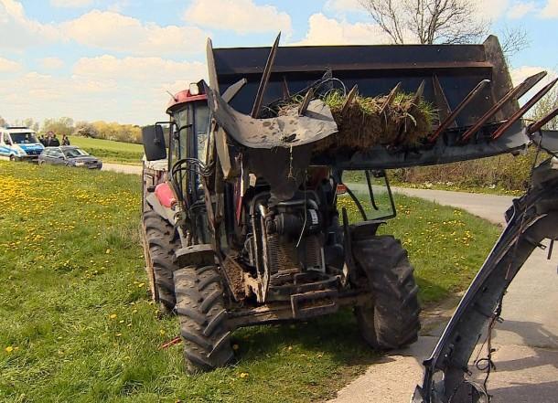 ein-traktor-steht-am-auf-einem
